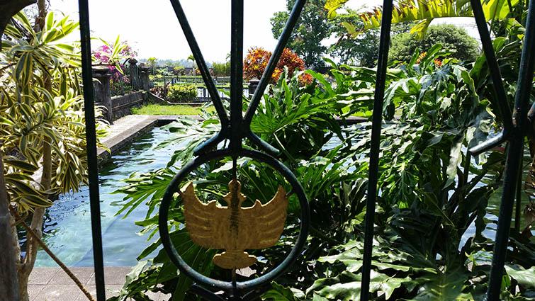 The swimmingpool at Tirta Gangga water palace.