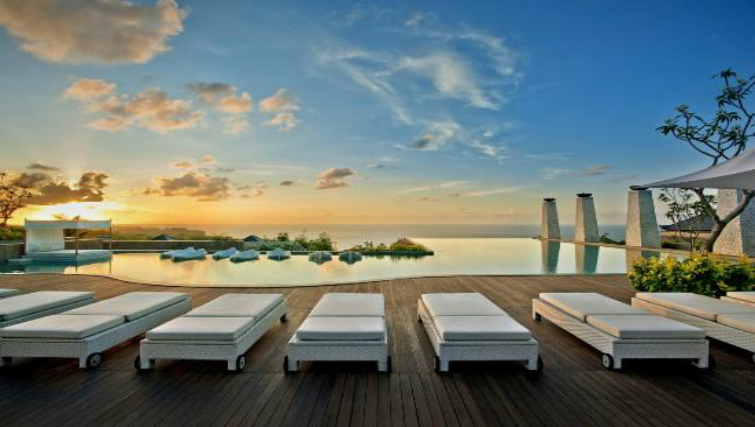 Infinite pool overlooking the Indian Ocean at Banyan Tree
